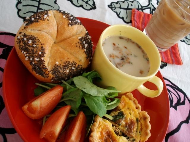 きのこスープ、ほうれん草キッシュ、サラダ、サイラーのセンメル(ケシの実)、カフェオレ