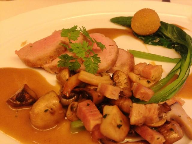 豚フィレ肉のムニエル フォアグラのクロケットカレー風味のマッシュルームソース
